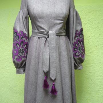 Неймовірне жіноче зимове плаття з вишивкою